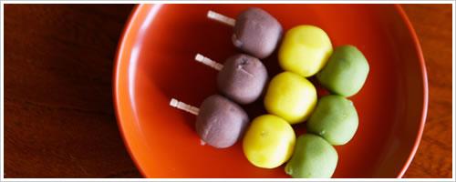 お腹に優しい低脂質のおやつ「三色団子」を食べる